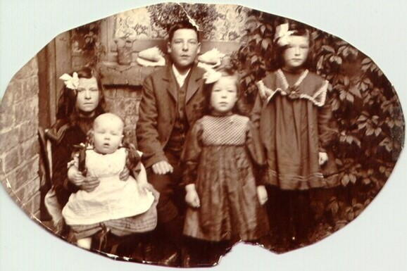 Back row from left to right: Elsie Olivette, George Vincent,  Annie Mabel. Front row from left to right: Baby Percy and Eva Nellie